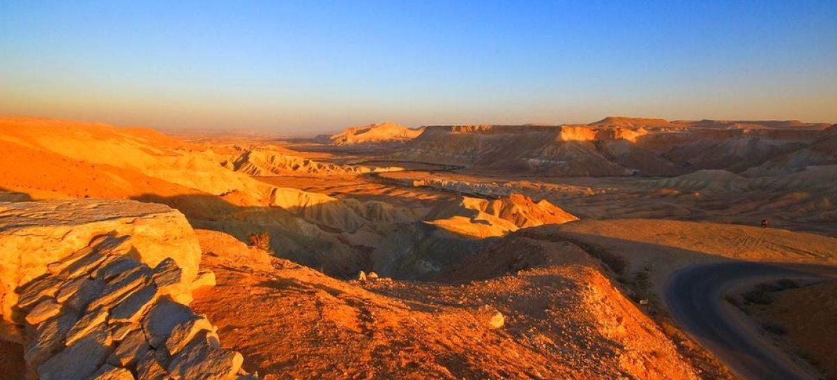 Israele, Deserto del Negev: addormentarsi tra le braccia del cratere di Mitzpe Ramon